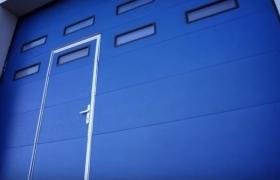 Быстроподъемные ворота с дверью синие