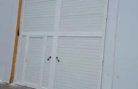 Распашные промышленные ворота с дверью