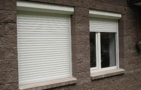 Рулонные шторы на окнах кирпичного дома